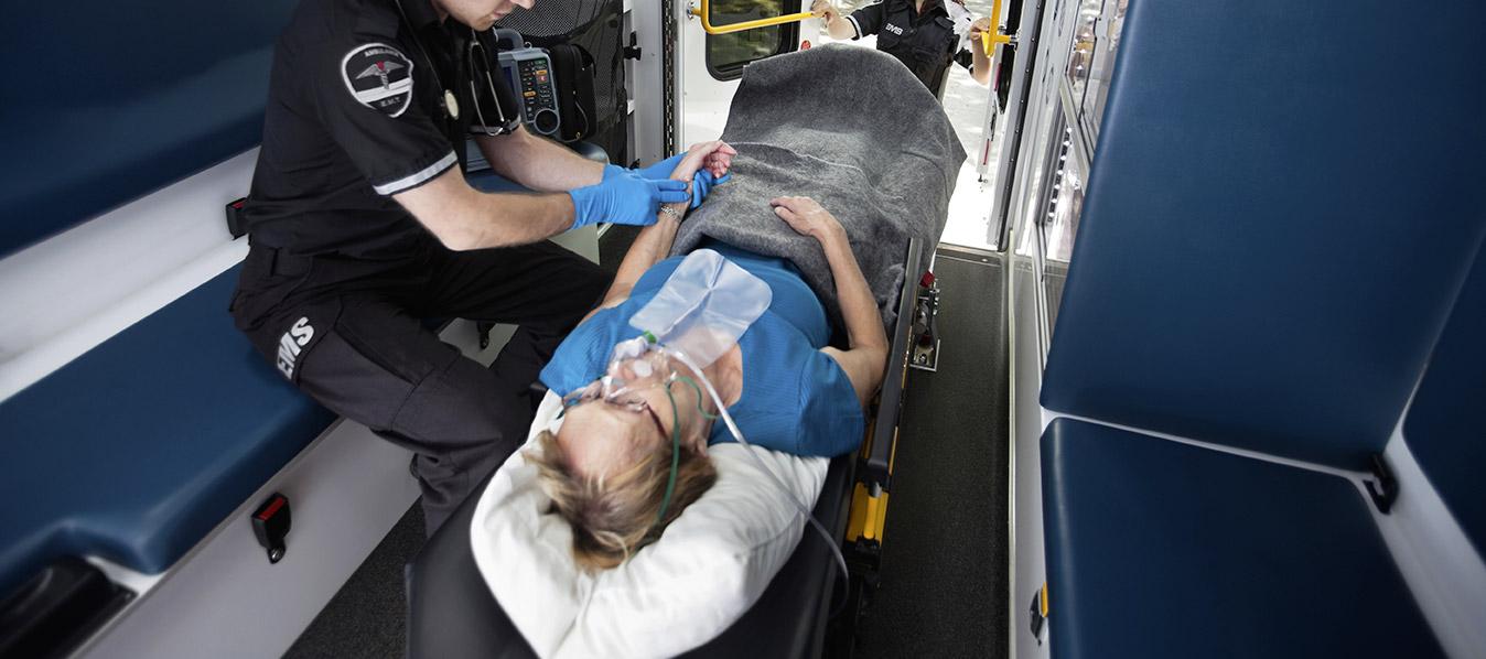 Ambulancier femme sur civière